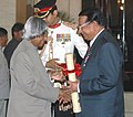 The President, Dr. A.P.J. Abdul Kalam presenting the Padma Shri Award – 2006 to Cardiologist, Dr. D. Chinniah, in New Delhi on March 20, 2006.jpg