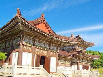 Tomb of King Tongmyong - Chongrung Buddhist temple next to the Tomb of King Tongmyŏng