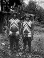 Två eleganta unga indianer med glaspärlor för mycket pengar. Darién, Jaqué River. Panama - SMVK - 003981.tif