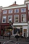 foto van Rechterhelft van zeer breed huis met twee bouwlagen, een kelder en een zadeldak loodrecht op de straat