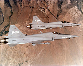 Due prototipi dell'F-20 Tigershark, in volo.