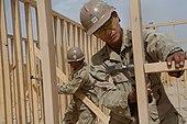 Tendaro Ledkolulo, Afganio (13 majo 2009) Navy Petty Officers unua Class John Cid, de Kezonurbo, Filipinoj, kaj Thomas Damron, de Port Hueneme, Kalifornio, enkadrigas murojn de la Regimenta Batalgrupo 3 Combat Operations Center en Camp Leatherneck.