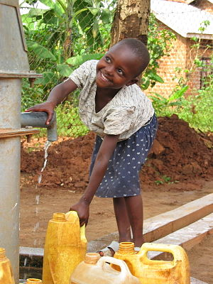 Water supply and sanitation in Uganda - A Ugandan girl at a well