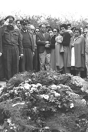 Shlomo Goren - Goren on left, saluting, at the grave of Uri Ilan (1955)