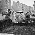 Volkswagenbestelauto in tuin, door botsing in Nieuw West, Bestanddeelnr 910-8822.jpg