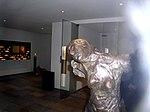 Weibliche Figur in Bronze. Ein Ort des Gedenkens an die Heilige Edith Stein. Gestaltet von Peter Marggraf.jpg
