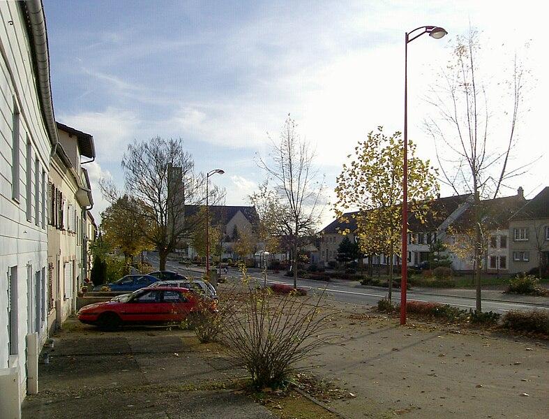La rue Principale de Willerwald, derrière l'église Saint-Nicolas