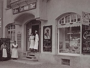 Zuger Kirschtorte - Heinrich Höhn standing in front of his bakery, together with employees, in 1913