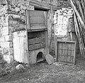 """""""Kason"""" za žveplanje sadja (češp!)- odprt, zraven lesa, kakršnih je več v kasonu. Spodaj odprtina za žveplanje. Medana 1953.jpg"""