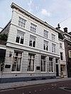 foto van Breed pand met twee verdiepingen samengesteld uit twee, midden 16e-eeuwse huizen - nr 105 van 16e- tot en met 18e-eeuw bierbrouwerij 'De witte laars'