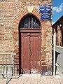 Église de Villefranche-de-Lauragais - Porte et plaques du Syndicat d'initiatives.jpg