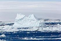 Айсберг в Антарктической проливе.jpg
