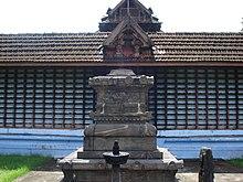 പ്രധാന ബലിക്കല്ല്-പെരുവനം ക്ഷേത്രം.JPG