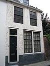 foto van Huis met geverfde rechte gevel, waarschijnlijk ingekort