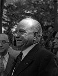 20.06.61 Didier Daurat dépose une gerbe au Mt des Pionniers de l'Aviation (1961) - 53Fi1713 (cropped).jpg