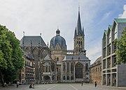 Der Aachener Dom diente bis 1531 als Krönungsstätte für 31 deutsche Herrscher. Der dortige Königsthron (rechts) wurde in den 790er-Jahren für Karl den Großen errichtet.