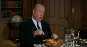 photo d'Alfred Hitchcock mangeant un poulet