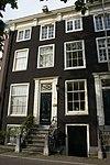 foto van Huis onder dwars dak met gevel onder rechte lijst met consoles, evenals de deuromlijsting