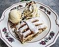Apfelstrudel glace et crème fouettée.jpg