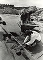 Archeologen bij het graf dat is blootgelegd in de Velserbroek, nabij de Slaperdijk. NB. 4000 jaar oud skelet. Aangekocht in 1990 van United Photos de Boer bv. - Negatiefnummer 31010 k 31. - Gepublicee.JPG