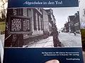 Ausstellungskatalog mit Finger zur Ausstellung Abgeschoben in den Tod Die Deportation von 1001 jüdischen Hannoveranerinnen und Hannoveranern am 15. Dezember 1941 nach Riga.jpg