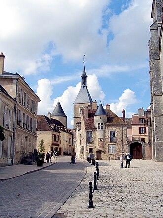 Yonne - Image: Avallon Tour de l'Horloge depuis la place de la Collégiale Saint Lazare