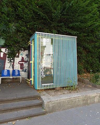 File:Bücherschrank am Hochbunker Körnerstraße 101, Köln-Ehrenfeld (2 ...