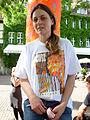 Ballhofplatz Hannover Kerstin Schulz Initiatorin der Schwarmkunstaktion Strich-Code mit einer Rolle Preisetiketten.jpg