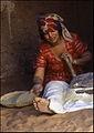 Berberka melje žitarice u žrvnju - El Golea 25. travnja. 1985..jpg