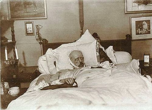 Bismarck on his deathbed, 30 July 1898 Bismarck auf dem Totenbett.jpg