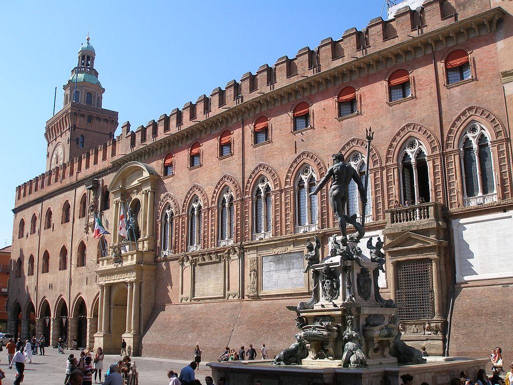 Palazzo d'Accursio et statue de Neptune dans la prolongation de la piazza Maggiore à Bologne - Photo de Klaus Graf.