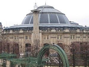 Bourse de commerce (Paris) - Bourse de commerce and the Médici column