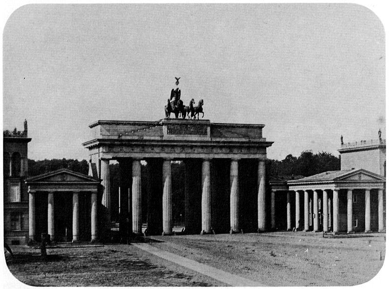 Photographies de Lieux Célèbres durant la Belle Epoque 800px-Brandenburger_Tor_by_L._Ahrendts_1855_%2801%29