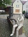 Brunnen am Kirchplatz mit Skulptur - panoramio.jpg