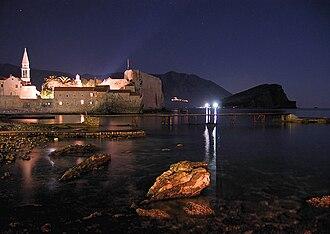 Tourism in Montenegro - Image: Budva nocu