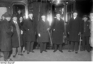 Paul Moldenhauer - Image: Bundesarchiv Bild 102 13087, Berlin, Abreise zur Abrüstungskonferenz