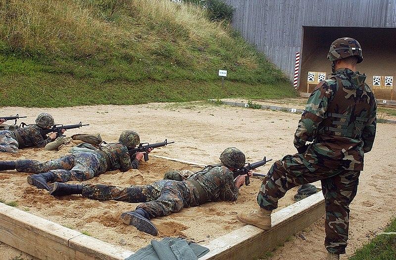 M16 800px-Bundeswehr_shooting_M16