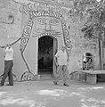 Burgemeester Marcel Janco verlaat een beschilderde toegangsopening van een kunst, Bestanddeelnr 255-2754.jpg