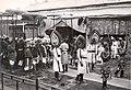 Cờ long tinh tại lễ an táng Hoàng đế Khải Định (1925) , đoàn rước linh cữu.jpg