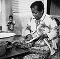 COLLECTIE TROPENMUSEUM Portret van een vrouw die kokos maalt TMnr 20000264.jpg