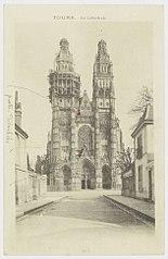 Photographie de la restauration de la partie centrale de la façade de la cathédrale de Tours