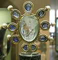 CdM, intaglio di giulia, figlia di tito, seconda metà del I secolo dc., acquamarina firmata da Evodos, montatura carolingia (IX sec.) con 9 zaffiri e 6 perle.JPG