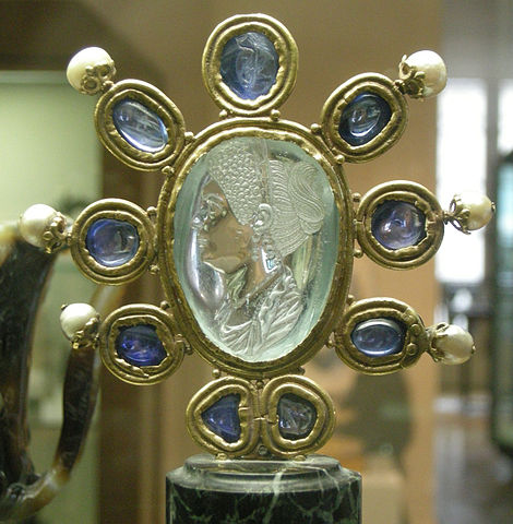 http://upload.wikimedia.org/wikipedia/commons/thumb/b/be/CdM%2C_intaglio_di_giulia%2C_figlia_di_tito%2C_seconda_met%C3%A0_del_I_secolo_dc.%2C_acquamarina_firmata_da_Evodos%2C_montatura_carolingia_%28IX_sec.%29_con_9_zaffiri_e_6_perle.JPG/470px-thumbnail.jpg