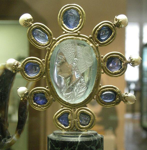 File:CdM, intaglio di giulia, figlia di tito, seconda metа del I secolo dc., acquamarina firmata da Evodos, montatura carolingia (IX sec.) con 9 zaffiri e 6 perle.JPG