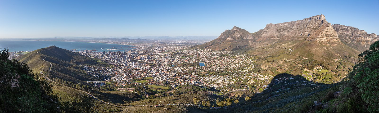 "Cape Town's ""City Bowl"" viewed from Lion's Head in May (late autumn) Ciudad del Cabo desde Cabeza de Leon, Sudafrica, 2018-07-22, DD 20-23 PAN.jpg"