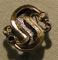 Cividale, man, fibula a S in argento dorato, da necropoli cella 16 con granati almandini.jpg