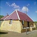 Collectie Nationaal Museum van Wereldculturen TM-20029786 Kunukuhuis bij Sint Michiel Curacao Boy Lawson (Fotograaf).jpg