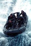 Un grupo de SEALs en una lanza semirrígida.