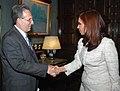 Cristina Fernández recibe a Earl Anthony Wayne 01.jpg
