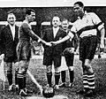 Demi-finale de la Coupe Simon 1941, les capitaines girondin (G.) et toulousain (Diagne à D.) se serrent la main.jpg